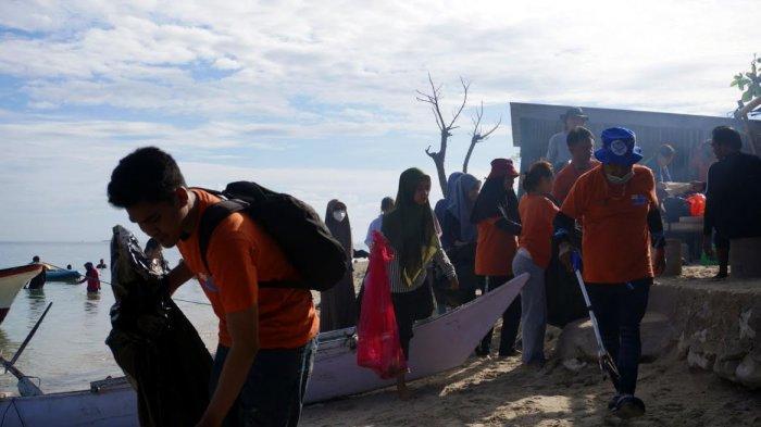 FOTO; UMKR Unhas Gelar Aksi Bersih-bersih di Pulau Gusung Makassar - ukm-renang-unhas-bersama-gustalcom-melakukan-aksi-bersih-bersih-di-pulau-gusung-1.jpg