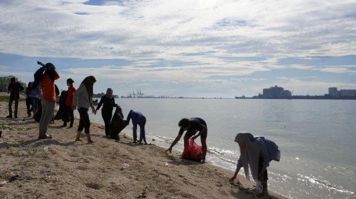 FOTO; UMKR Unhas Gelar Aksi Bersih-bersih di Pulau Gusung Makassar - ukm-renang-unhas-bersama-gustalcom-melakukan-aksi-bersih-bersih-di-pulau-gusung-2.jpg