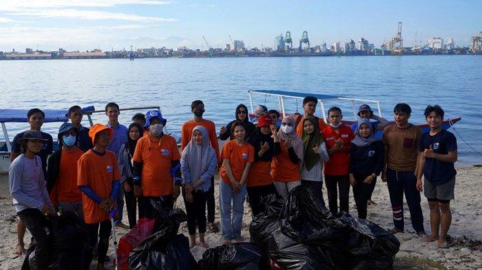 FOTO; UMKR Unhas Gelar Aksi Bersih-bersih di Pulau Gusung Makassar - ukm-renang-unhas-bersama-gustalcom-melakukan-aksi-bersih-bersih-di-pulau-gusung-4.jpg