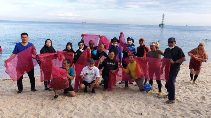 Rayakan HUT ke 19, UMKR Unhas dan Gustalcom Gelar Aksi Bersih-bersih di Pulau Gusung Makassar