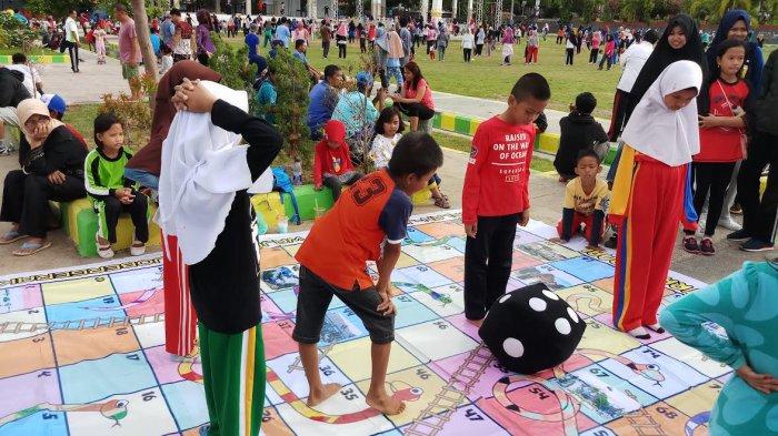 Ada Permainan Ular Tangga Dan Ludo Raksasa Di Lapangan Merdeka Sengkang Wajo Tribun Timur