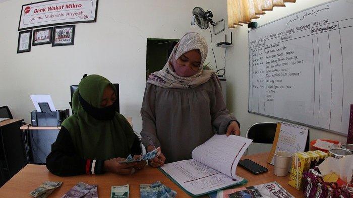 FOTO: OJK Regional 6 Sulampua Dukung UMKM di Masa Pandemi Covid-19 - umkm-ajukan-pinjaman-modal-di-bank-wakaf-mikro-2.jpg