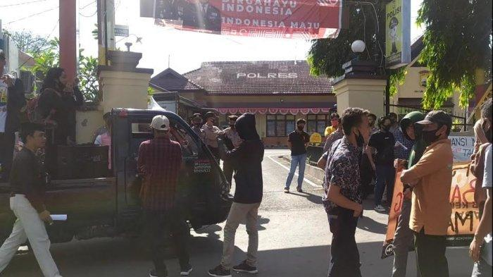 Amarah Gelar Unjuk Rasa Depan Polres Bantaeng, Desak Polisi Usut Pengrusakan Kantor Lurah Tanahloe