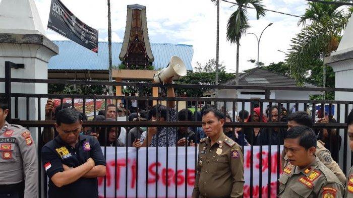 Pelantikan 86 Kepala Lembang di Rantepao Diwarnai Aksi Unjuk Rasa