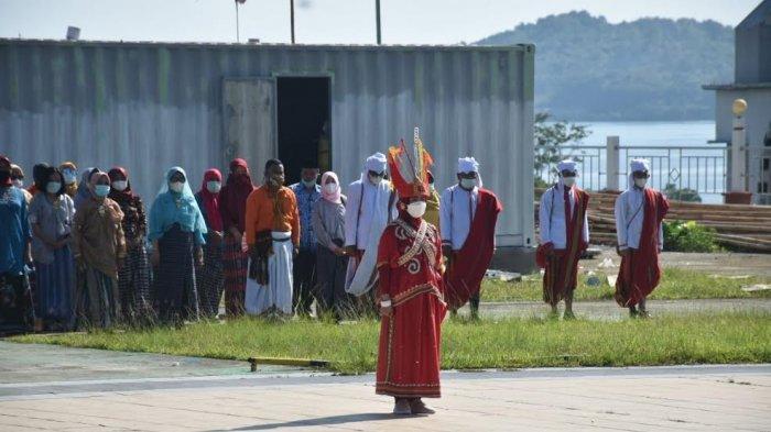 Peringatan Hardiknas, Gubernur Sulsel Ali Baal Masdar Gunakan Pakaian Adat Mandar