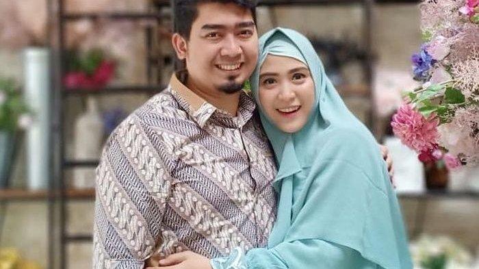 Netizen Heboh, April Jasmine Istri Ustaz Solmed Joget Tiktok Bareng Emak-emak, 'Emang Boleh Joged? '