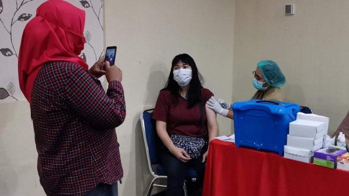 Ratusan kader Dewan Pimpinan Cabang (DPC) Partai Demokrasi Indonesia Perjuangan (PDIP) Kota Makassar mengikuti vaksinasi Covid-19, di Hotel Asyra Jl Maipa Makassar, Senin (762021). Vaksinasi kader PDIP merupakan bentuk dukungan partai terhadap himbauan pemerintah dalam menanggulangi penyebaran virus corona. tribun timurmuhammad abdiwan