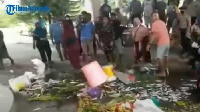 Semoga Jokowi Dengar, Emak-emak Demo Hamburkan Ikan-Sayur di Kantor Bupati Tolak PPKM Diperpanjang