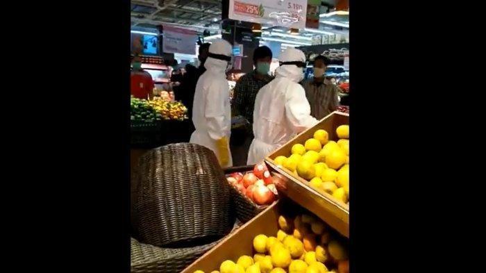 Sok-sok'an Belanja Pakai Baju Hazmat/APD Covid-19 di Supermarket, Pasutri Diusir Paksa, Video Viral