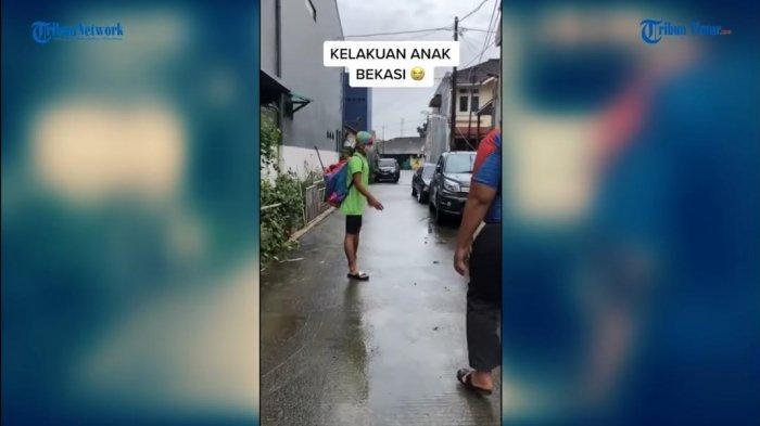 VIDEO: Pemuda Ini Berenang di Tengah Banjir, Ternyata Atlet Lagi Latihan