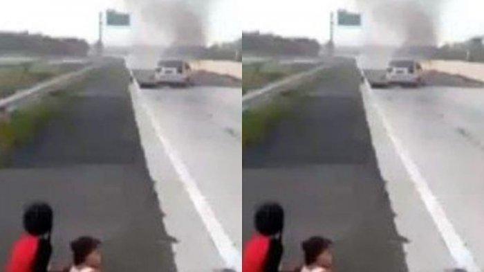 Foto 2 Anak Lihat Mobil Sedan Terbakar di Jalan Tol Lampung Viral di Whatsapp (WA), ini Faktanya