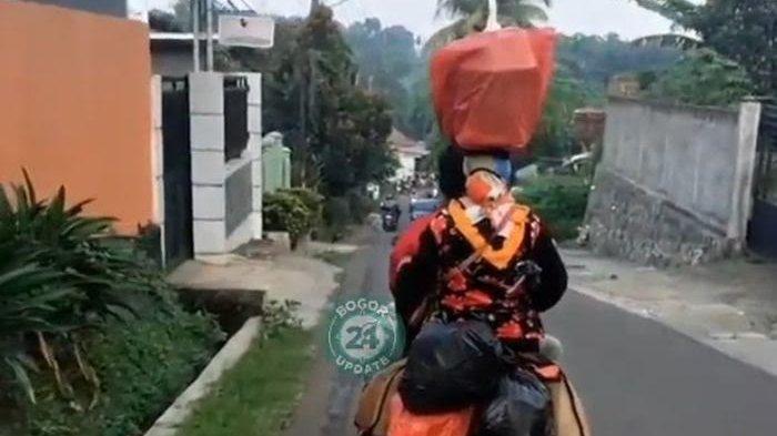 Viral Video Bawaan Emak-emak saat Naik Motor Bikin Geleng-geleng Kepala, Terlihat Santai