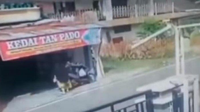 Video Viral Aksi Seorang Ibu-ibu Gagalkan Pencuri Wanita Terekam CCTV, Lompat dan Tubruk Pelaku