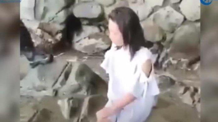 VIDEO Fakta Dibalik Seorang Perempuan Duduk Berdiam Diri di Pinggir Pantai
