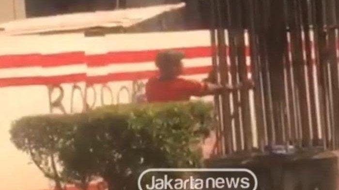 VIDEO Viral Pria ini Terekam Nekat Curi Besi Proyek Monorel yang Dibangun Masa Sutiyoso Gubernur