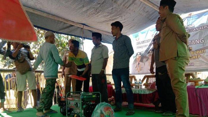 Kunjungan Kerja Wakil Bupati Pangkep, Kades Sabalana Bagikan Bantuan ke Warga Pulau Sanane