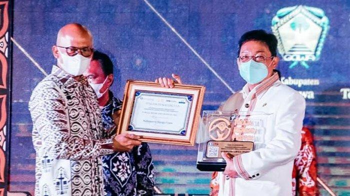 Pembukaan Toraja Highland Festival, Pemkab Toraja Utara Dapat 2 Penghargaan dari OJK dan BI