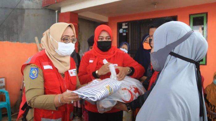 Wagub Sulbar Salurkan Paket Sembako ke Korban Gempa di Kasiwa Mamuju