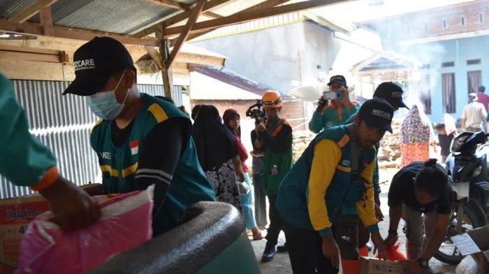 Relawan Wahdah Islamiyah yang terdiri dari relawan Wahdah Inspirasi Zakat (WIZ) dan Wahdah Peduli menyalurkan bantuan kepada korban terdampak bencana banjir dan tanah longsor di Walenrang, Lamasi, Kabupaten Luwu, Sulawesi Selatan, Selasa (5/10/2021).