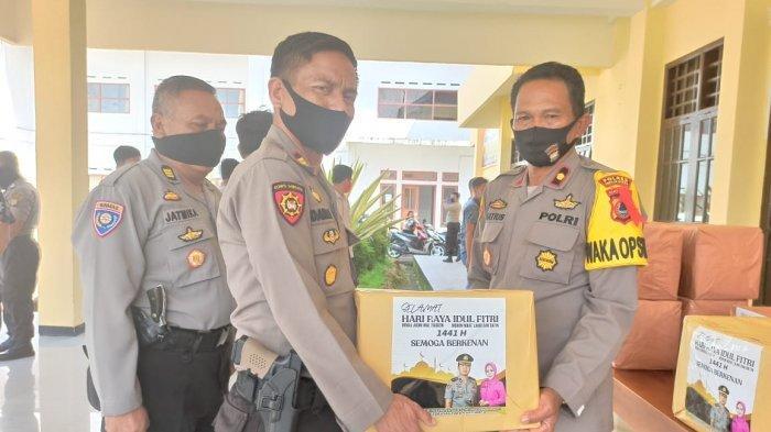 Larangan Mudik, Kapolres Toraja Utara Bagi Paket Lebaran ke Personel