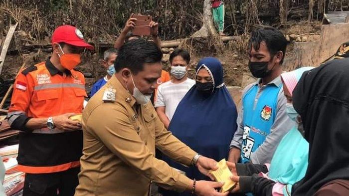 Wabup Enrekang Salurkan Bantuan Rp 40 Juta Bagi Korban Kebakaran di Desa Potokkullin
