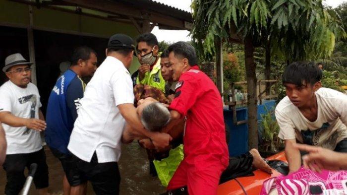 Wabup Luwu Ikut Evakuasi Lansia Korban Banjir di Desa Malela