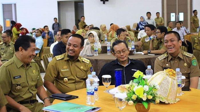 Raih Posisi Tertinggi, Wabup Irwan Bachri Syam Apresiasi Kinerja Inspektorat Lutim - wakil-bupati-luwu-timur-tertawa.jpg