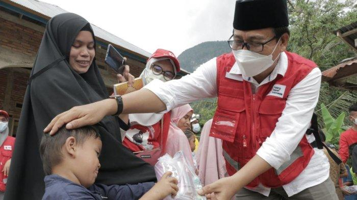 Wakil Bupati Luwu Utara Serahkan Bantuan untuk Korban Banjir dan Tanah Longsor di Walmas Luwu
