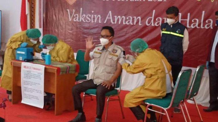 BREAKING NEWS: Jadi yang Pertama, Wakil Bupati Mamasa Lambaikan Tangan Saat Divaksin