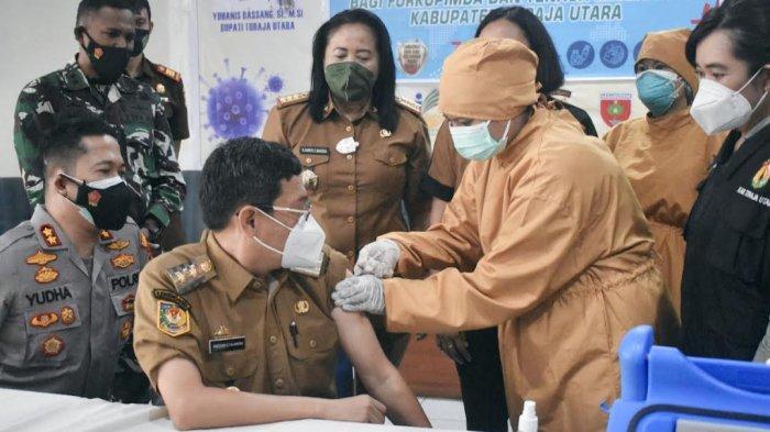 Nakes dan Wakil Bupati Toraja Utara Disuntik Vaksin Dosis Ketiga Jenis Moderna