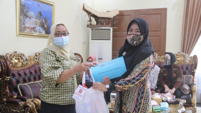 Wagub Sulbar Serahkan 255 Paket Kebutuhan Wanita untuk Korban Gempa