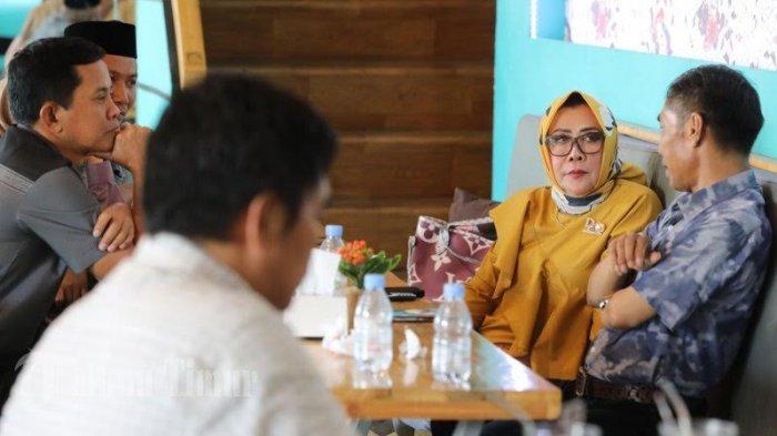 FOTO: Tenri Olle Yasin Limpo Berbincang dengan Warga Makassar di Cafe Holograms