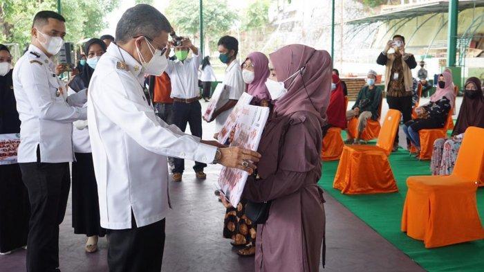 Wali Kota Parepare Serahkan Buku Tabungan kepada 130 Penerima Manfaat Bantuan Rumah Swadaya