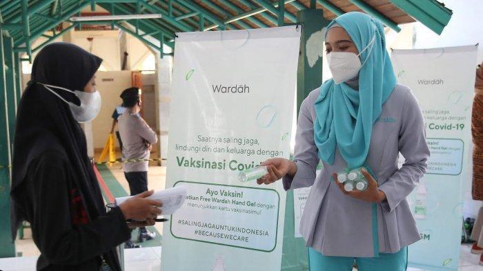 Wardah Bagikan Hand Gel untuk Peserta Vaksinasi Covid-19 di Makassar