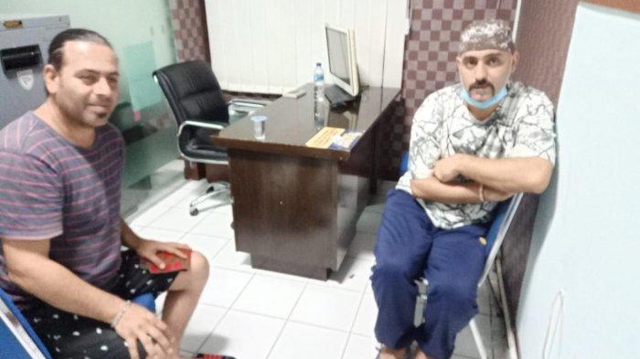 Warga asing asal Iran Ramin Poorbihamta (39) dan Naseer Ghanbari Damirchi (44) yang ditangkap Tim Inteldakim Kanwil Kemenkumham Sulsel, Sabtu (29/5/2021).