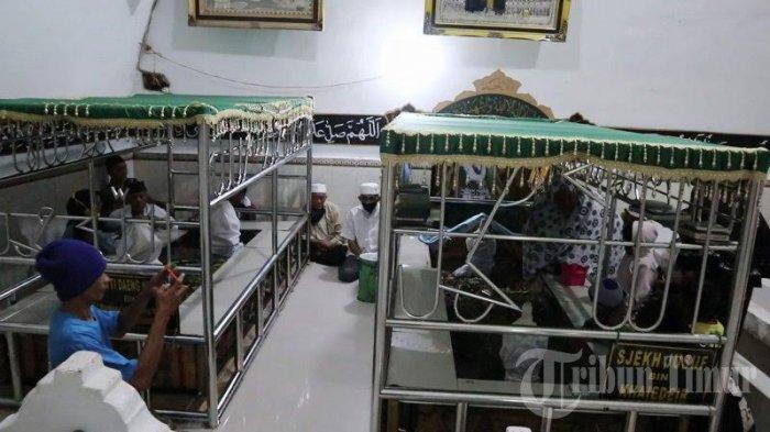 FOTO; Makam Syekh Yusuf Ramai Didatangi Jelang Ramadhan - warga-berziarah-ke-makam-makam-syekh-yusuf-di-jl-syekh-yusuf-kelurahan-katangka-1.jpg