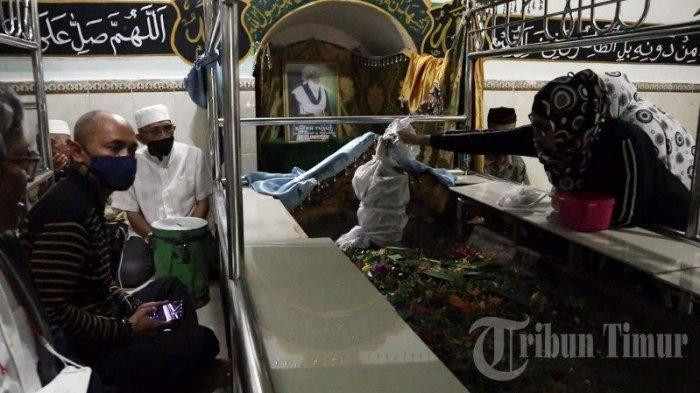 FOTO; Makam Syekh Yusuf Ramai Didatangi Jelang Ramadhan - warga-berziarah-ke-makam-makam-syekh-yusuf-di-jl-syekh-yusuf-kelurahan-katangka-3.jpg