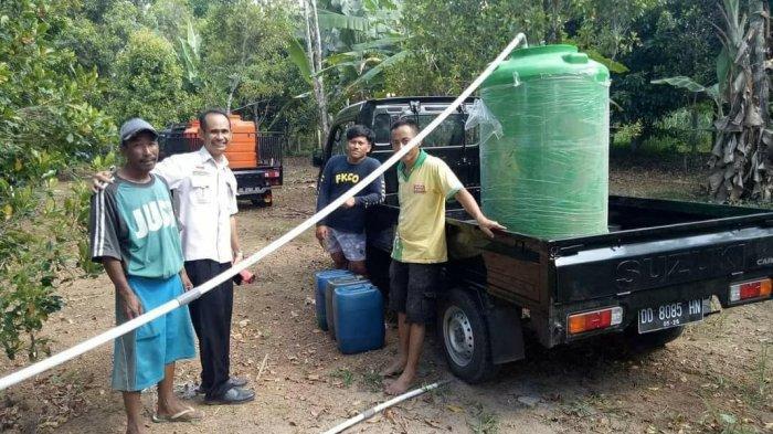 Warga Batukaropa Bulukumba Punya Relawan Cari Air Bersih, Isi Air dalam Tandon Lalu Dibagikan