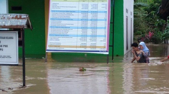 Debit Air Kian Tinggi, Korban Banjir di Suli Luwu Tinggalkan Rumah