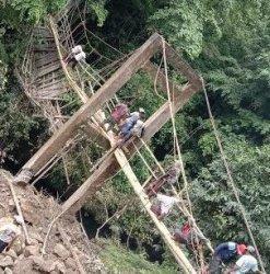 Usai Diperbaiki Warga, Perempuan dan Anak-anak Belum Berani Lintasi Jembatan Gantung Desa Kariango