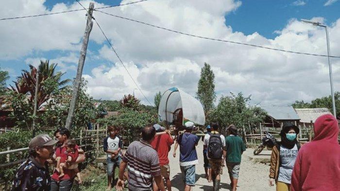 Warga Desa Rampi, Kecamatan Rampi, Kabupaten Luwu, Sulawesi Selatan, digotong sejauh 20 kilometer untuk berobat ke Puskesmas Rampi