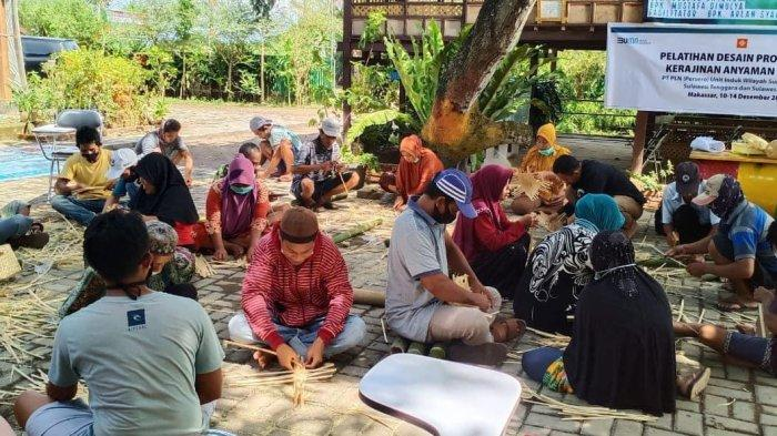 PLN Ajari Warga Desa Tabucini Galesong Desain Produk dan Kerajinan Anyaman Bambu