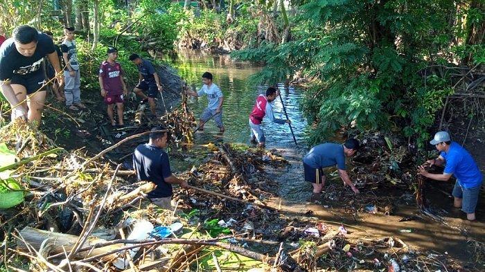 Kades Tamarupa Turun Bersama Warga dan Mahasiswa Bersihkan Kampung Manyalla - warga-desa-tamarupa-bersihkan-sungai.jpg