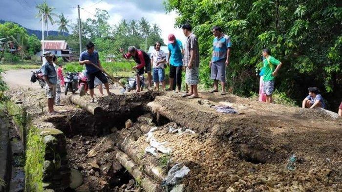 Tak Kunjung Diperbaiki Pemerintah, Warga di Bonto Lebang Jeneponto Pilih Perbaiki Jembatan Amblas