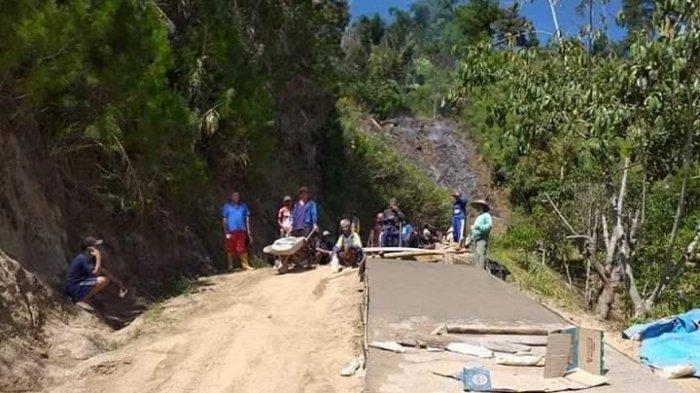 Dicueki Pemerintah, Warga 2 Desa di Mamasa Patungan Perbaiki Jalan