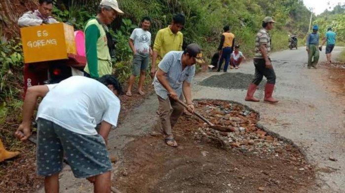 Berlubang, Warga Gotong Royong Tambal Poros Kawata-Parumpanai Wasuponda Luwu Timur