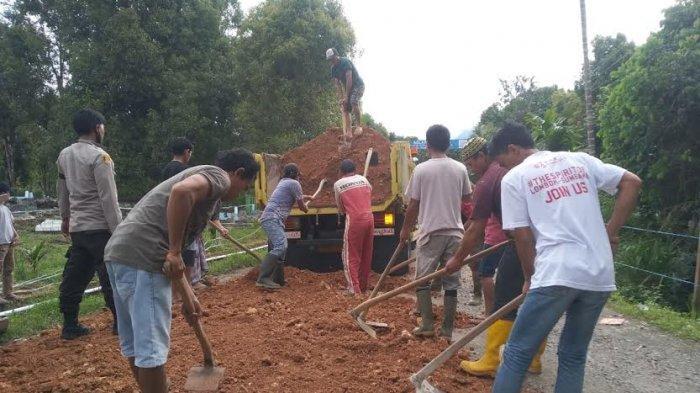 Tak Kunjung Diperbaiki, Warga Bansalayya Bulukumba Swadaya Perbaiki Jalan Kabupaten
