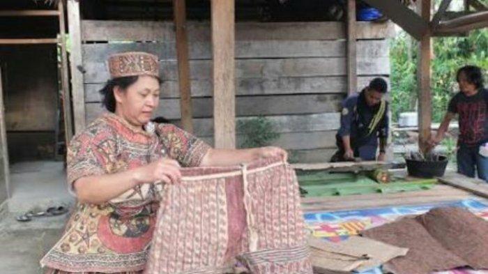 Mengenal Pakaian Tradisional Rampi Luwu Utara yang Terbuat dari Kulit Kayu