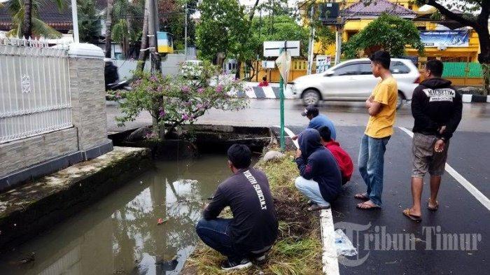 FOTO: Musim Hujan, Warga Hertasning Makassar Mancing di Got - warga-memancing-di-drainaseee.jpg