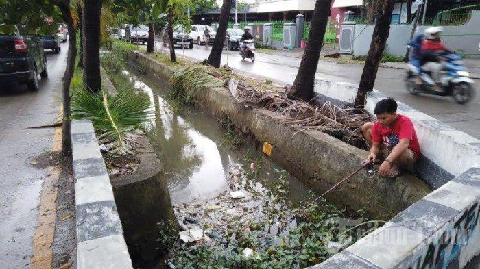 FOTO: Musim Hujan, Warga Hertasning Makassar Mancing di Got - warga-memancingds.jpg